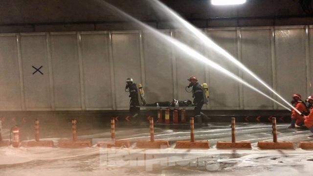 Diễn tập tai nạn liên hoàn giữa 5 ô tô và 30 xe máy trong hầm Thủ Thiêm  - Ảnh 12.