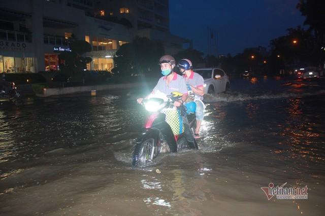 Triều cường ngấp nghé đỉnh, khu nhà giàu Sài Gòn dập dềnh sông nước - Ảnh 13.
