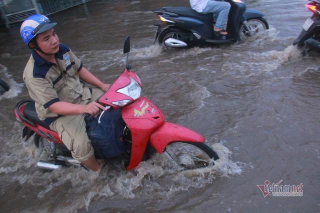 Triều cường ngấp nghé đỉnh, khu nhà giàu Sài Gòn dập dềnh sông nước - Ảnh 4.