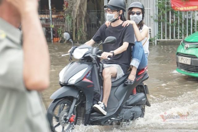 Triều cường ngấp nghé đỉnh, khu nhà giàu Sài Gòn dập dềnh sông nước - Ảnh 5.