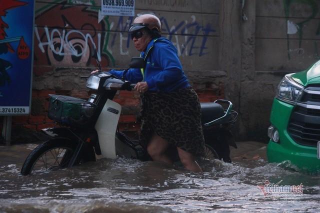 Triều cường ngấp nghé đỉnh, khu nhà giàu Sài Gòn dập dềnh sông nước - Ảnh 6.