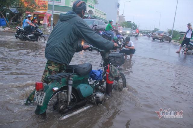 Triều cường ngấp nghé đỉnh, khu nhà giàu Sài Gòn dập dềnh sông nước - Ảnh 7.