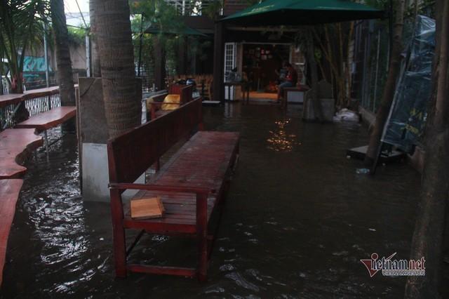 Triều cường ngấp nghé đỉnh, khu nhà giàu Sài Gòn dập dềnh sông nước - Ảnh 8.