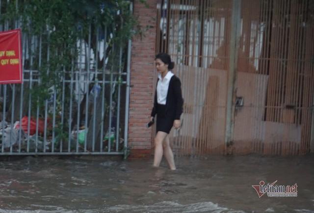 Triều cường ngấp nghé đỉnh, khu nhà giàu Sài Gòn dập dềnh sông nước - Ảnh 9.