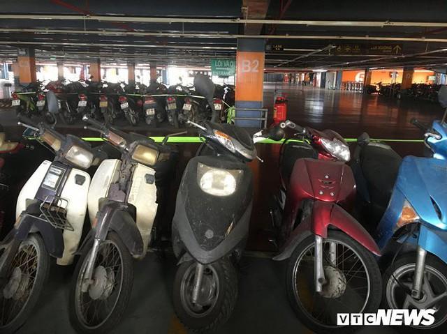 Ảnh: Hàng trăm xe máy bị bỏ rơi, thành cục nợ ở sân bay Tân Sơn Nhất - Ảnh 9.