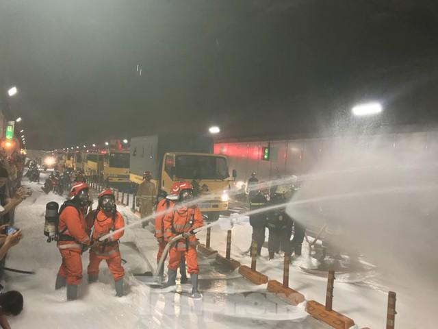 Diễn tập tai nạn liên hoàn giữa 5 ô tô và 30 xe máy trong hầm Thủ Thiêm  - Ảnh 10.