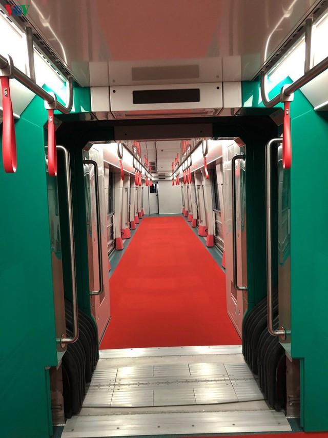 Lộ diện đoàn tàu đầu tiên của tuyến Metro số 3 Nhổn-Ga Hà Nội - Ảnh 6.
