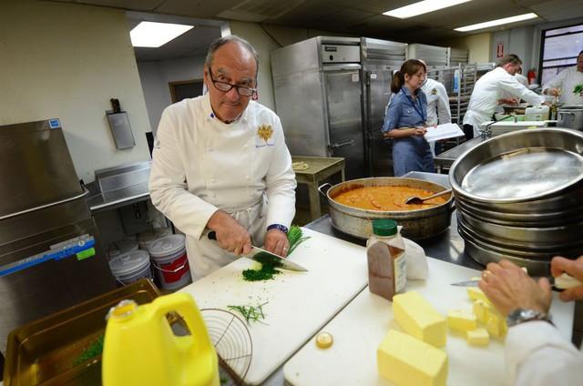 Dành 4 thập kỷ nấu ăn cho các đời Tổng thống Pháp, cựu bếp trưởng điện Élysée tiết lộ thói quen ăn uống khác biệt của những con người quyền lực bậc nhất thế giới  - Ảnh 4.