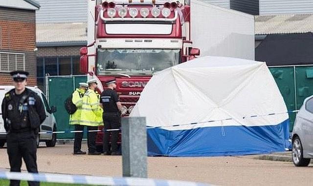 Cảnh sát Anh truy tìm 2 nghi can mới liên quan đến vụ 39 nạn nhân thiệt mạng  - Ảnh 1.