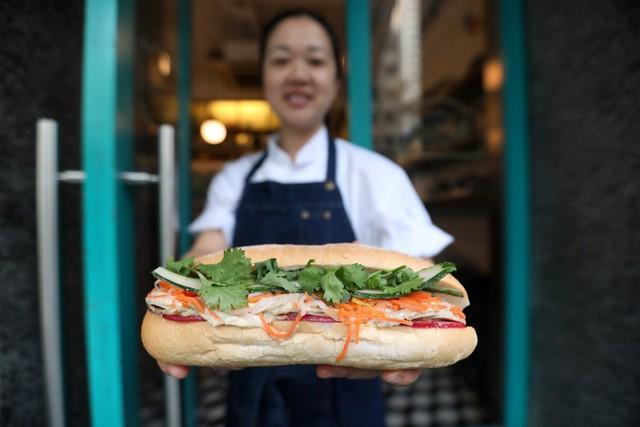 Hành trình 130 năm của bánh mì Việt Nam qua con mắt đầu bếp gốc Việt: Từ thức quà đường phố bình dân đến đại diện ẩm thực được thế giới yêu thích - Ảnh 1.