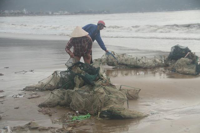 Sau bão số 5, cây cối đổ ngổn ngang, bãi biển Quy Nhơn ngập ngụa rác - Ảnh 13.