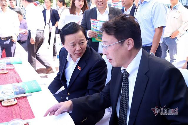 Bộ trưởng Trần Hồng Hà ra hồ Tây cho cá ăn - Ảnh 4.