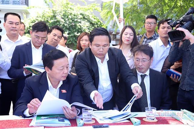 Bộ trưởng Trần Hồng Hà ra hồ Tây cho cá ăn - Ảnh 5.