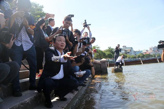 Bộ trưởng Trần Hồng Hà ra hồ Tây cho cá ăn - Ảnh 7.