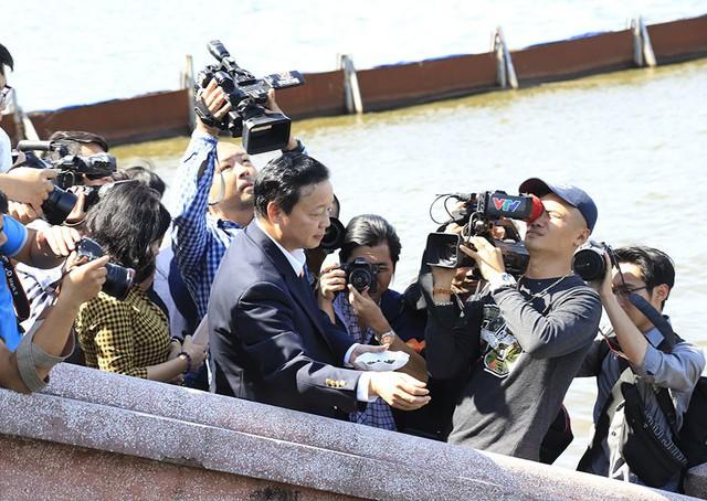 Bộ trưởng Trần Hồng Hà ra hồ Tây cho cá ăn - Ảnh 9.