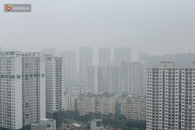 Chùm ảnh: Một ngày sau cơn mưa vàng, đường phố Hà Nội lại chìm trong bụi mù - Ảnh 1.