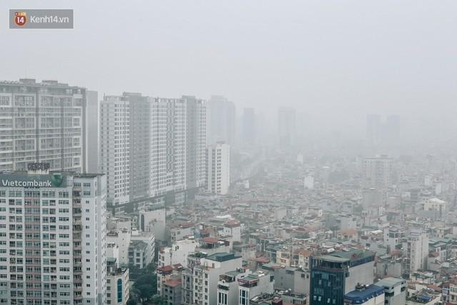 Chùm ảnh: Một ngày sau cơn mưa vàng, đường phố Hà Nội lại chìm trong bụi mù - Ảnh 2.