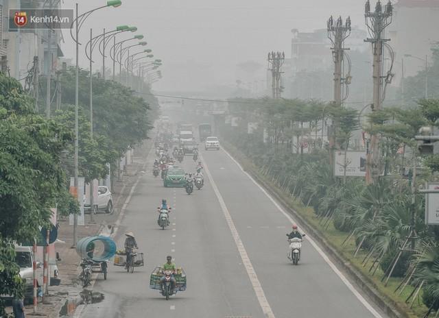 Chùm ảnh: Một ngày sau cơn mưa vàng, đường phố Hà Nội lại chìm trong bụi mù - Ảnh 11.