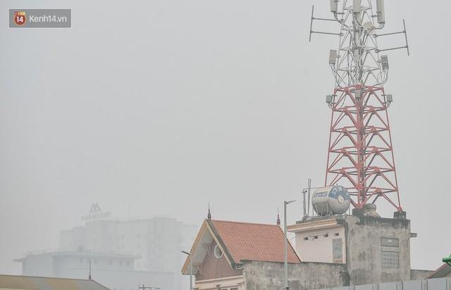 Chùm ảnh: Một ngày sau cơn mưa vàng, đường phố Hà Nội lại chìm trong bụi mù - Ảnh 12.