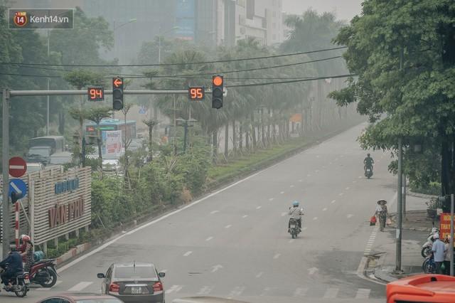 Chùm ảnh: Một ngày sau cơn mưa vàng, đường phố Hà Nội lại chìm trong bụi mù - Ảnh 13.