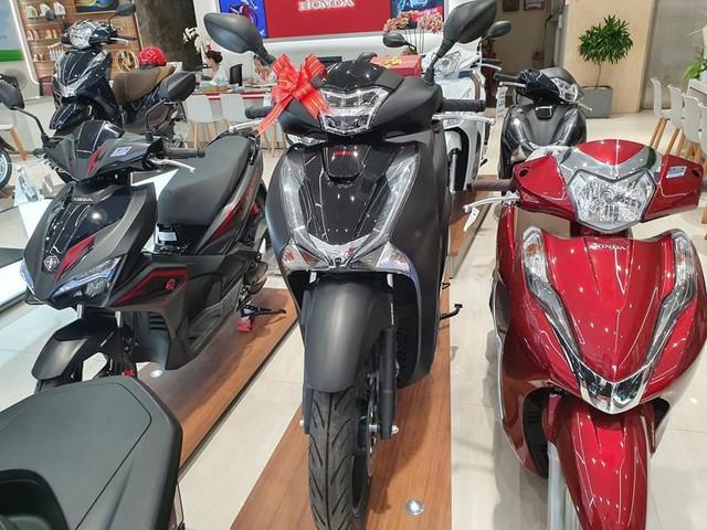 Giá Honda SH đắt khách tăng mạnh, Yamaha ế ẩm hạ giá chênh - Ảnh 3.