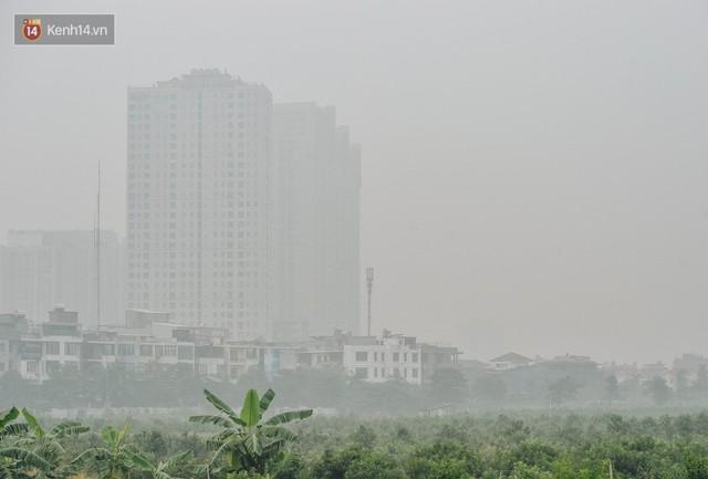 Chùm ảnh: Một ngày sau cơn mưa vàng, đường phố Hà Nội lại chìm trong bụi mù - Ảnh 3.