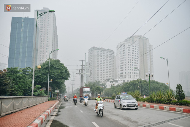 Chùm ảnh: Một ngày sau cơn mưa vàng, đường phố Hà Nội lại chìm trong bụi mù - Ảnh 4.