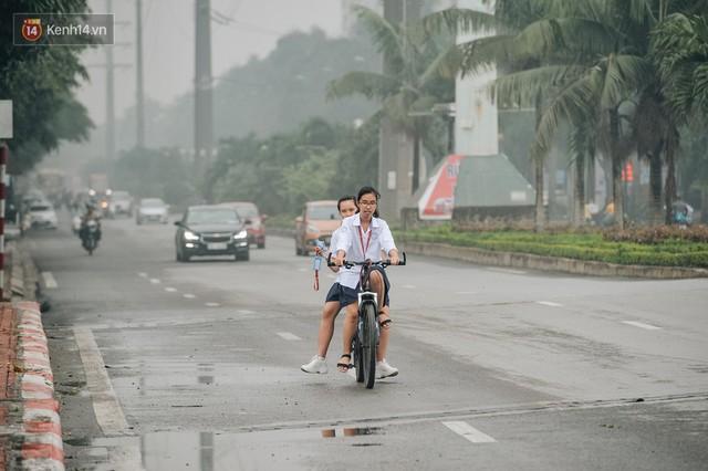 Chùm ảnh: Một ngày sau cơn mưa vàng, đường phố Hà Nội lại chìm trong bụi mù - Ảnh 5.