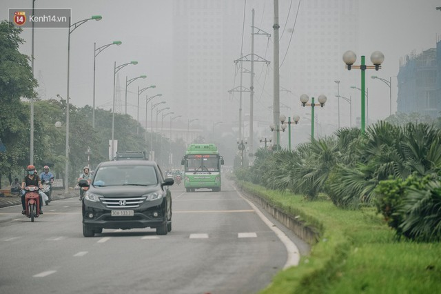Chùm ảnh: Một ngày sau cơn mưa vàng, đường phố Hà Nội lại chìm trong bụi mù - Ảnh 6.