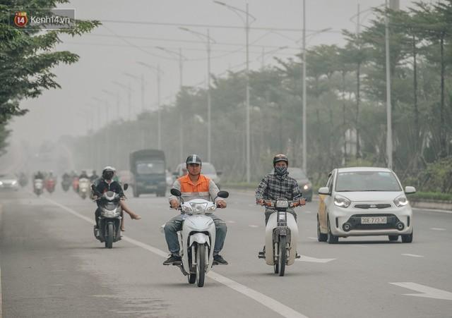 Chùm ảnh: Một ngày sau cơn mưa vàng, đường phố Hà Nội lại chìm trong bụi mù - Ảnh 7.