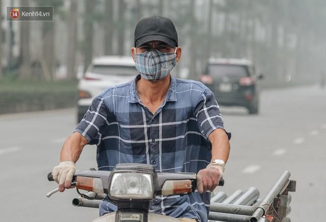 Chùm ảnh: Một ngày sau cơn mưa vàng, đường phố Hà Nội lại chìm trong bụi mù - Ảnh 9.