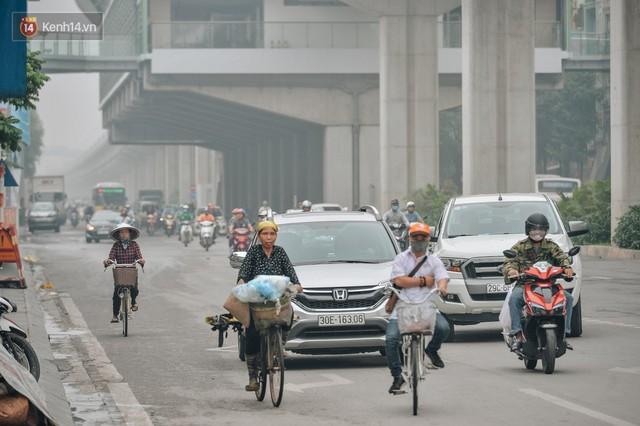 Chùm ảnh: Một ngày sau cơn mưa vàng, đường phố Hà Nội lại chìm trong bụi mù - Ảnh 10.