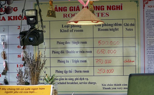 Hàng trăm lượt khách tiếp tục check-in tại tòa gai bê tông trên đèo Mã Pì Lèng, nhà hàng trang bị thêm thang - Ảnh 3.