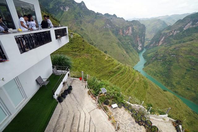 Hàng trăm lượt khách tiếp tục check-in tại tòa gai bê tông trên đèo Mã Pì Lèng, nhà hàng trang bị thêm thang - Ảnh 4.