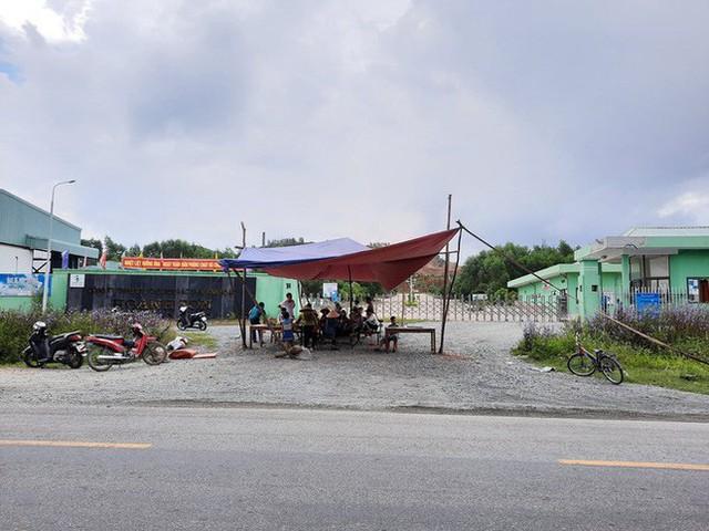 Hàng chục hộ dân dựng rạp, bàn ghế chặn cổng nhà máy rác ở Hà Tĩnh - Ảnh 1.