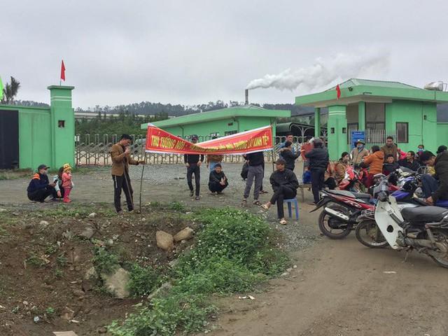 Hàng chục hộ dân dựng rạp, bàn ghế chặn cổng nhà máy rác ở Hà Tĩnh - Ảnh 2.