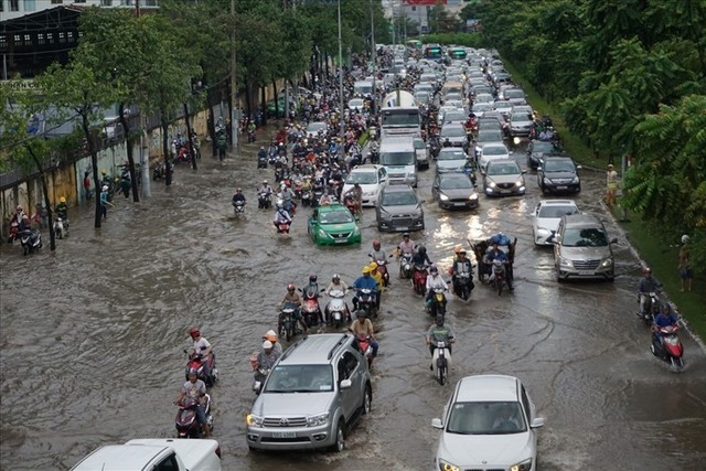 Rào đường để cứu rốn ngập Nguyễn Hữu Cảnh - Ảnh 1.