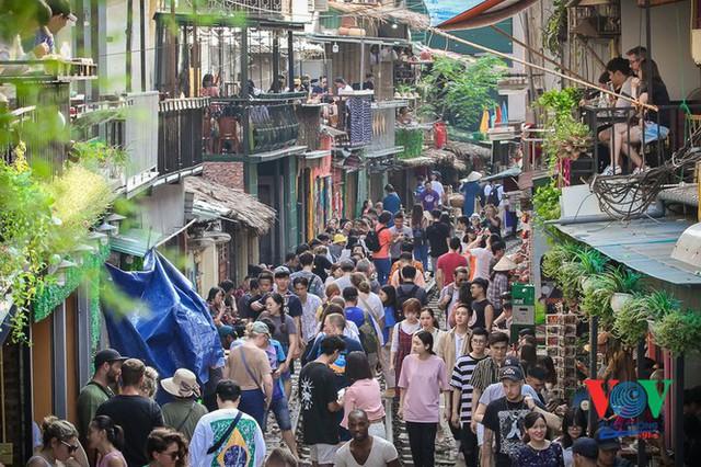 Tàu qua phố cà phê Phùng Hưng phải dừng khẩn cấp vì dân chạy không kịp - Ảnh 1.