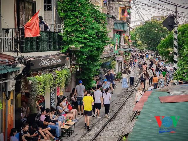 Tàu qua phố cà phê Phùng Hưng phải dừng khẩn cấp vì dân chạy không kịp - Ảnh 2.