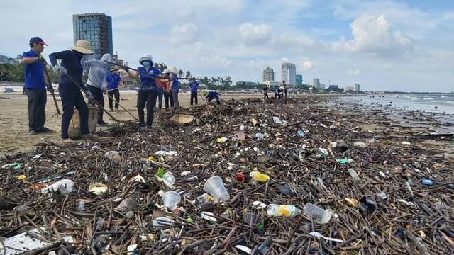 Cận cảnh bãi biển Vũng Tàu bị cả trăm tấn rác vây kín!  - Ảnh 1.