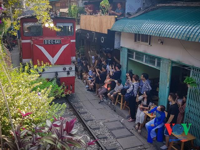 Tàu qua phố cà phê Phùng Hưng phải dừng khẩn cấp vì dân chạy không kịp - Ảnh 13.