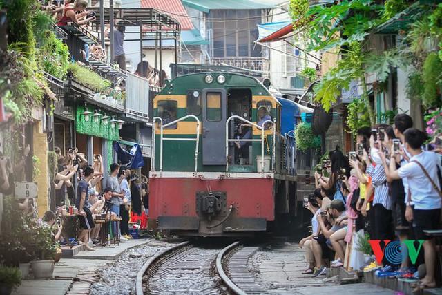 Tàu qua phố cà phê Phùng Hưng phải dừng khẩn cấp vì dân chạy không kịp - Ảnh 4.