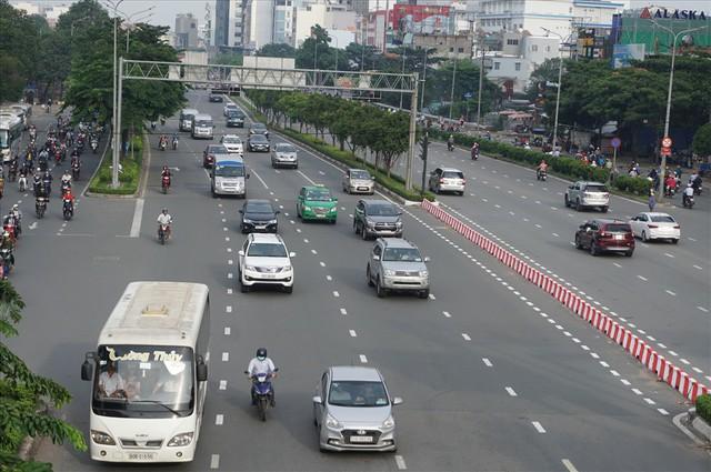 Dân Sài Gòn mệt mỏi, trễ giờ làm vì giao thông tê liệt - Ảnh 1.