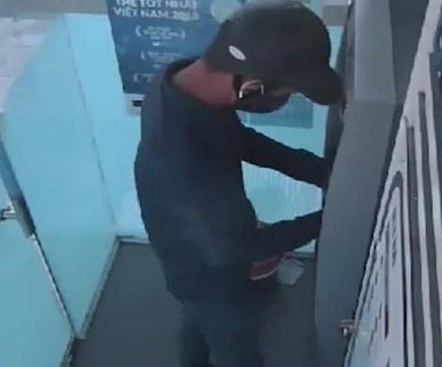 Truy bắt đối tượng bịt mặt lắp thiết bị lấy cắp thông tin trên cây ATM trong 1 phút - Ảnh 1.