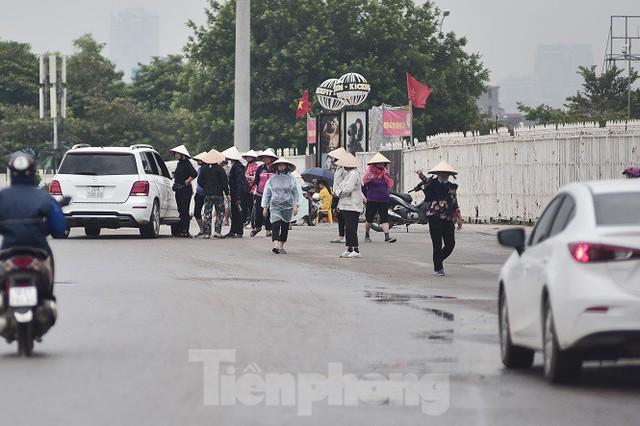 Hai ngày trước trận Việt Nam - Malaysia: Sốt vé xình xịch giữa trời mưa - Ảnh 1.