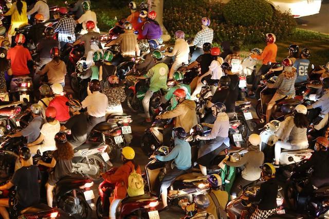 Dân Sài Gòn mệt mỏi, trễ giờ làm vì giao thông tê liệt - Ảnh 12.