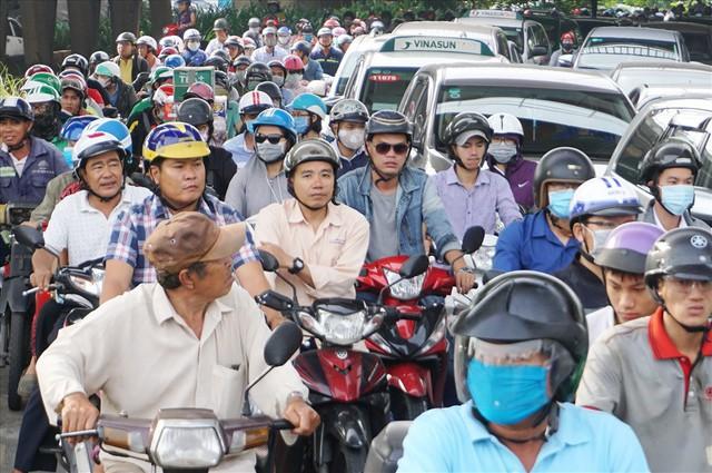 Dân Sài Gòn mệt mỏi, trễ giờ làm vì giao thông tê liệt - Ảnh 3.