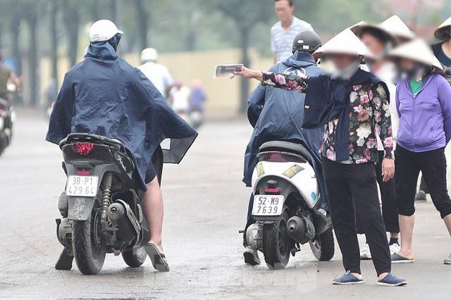 Hai ngày trước trận Việt Nam - Malaysia: Sốt vé xình xịch giữa trời mưa - Ảnh 4.