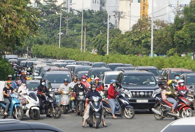 Dân Sài Gòn mệt mỏi, trễ giờ làm vì giao thông tê liệt - Ảnh 6.