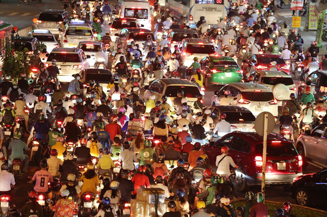 Dân Sài Gòn mệt mỏi, trễ giờ làm vì giao thông tê liệt - Ảnh 10.